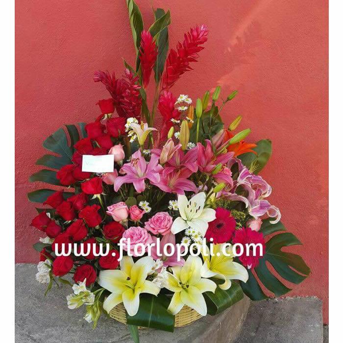 Diseño de flores variadas en canasta