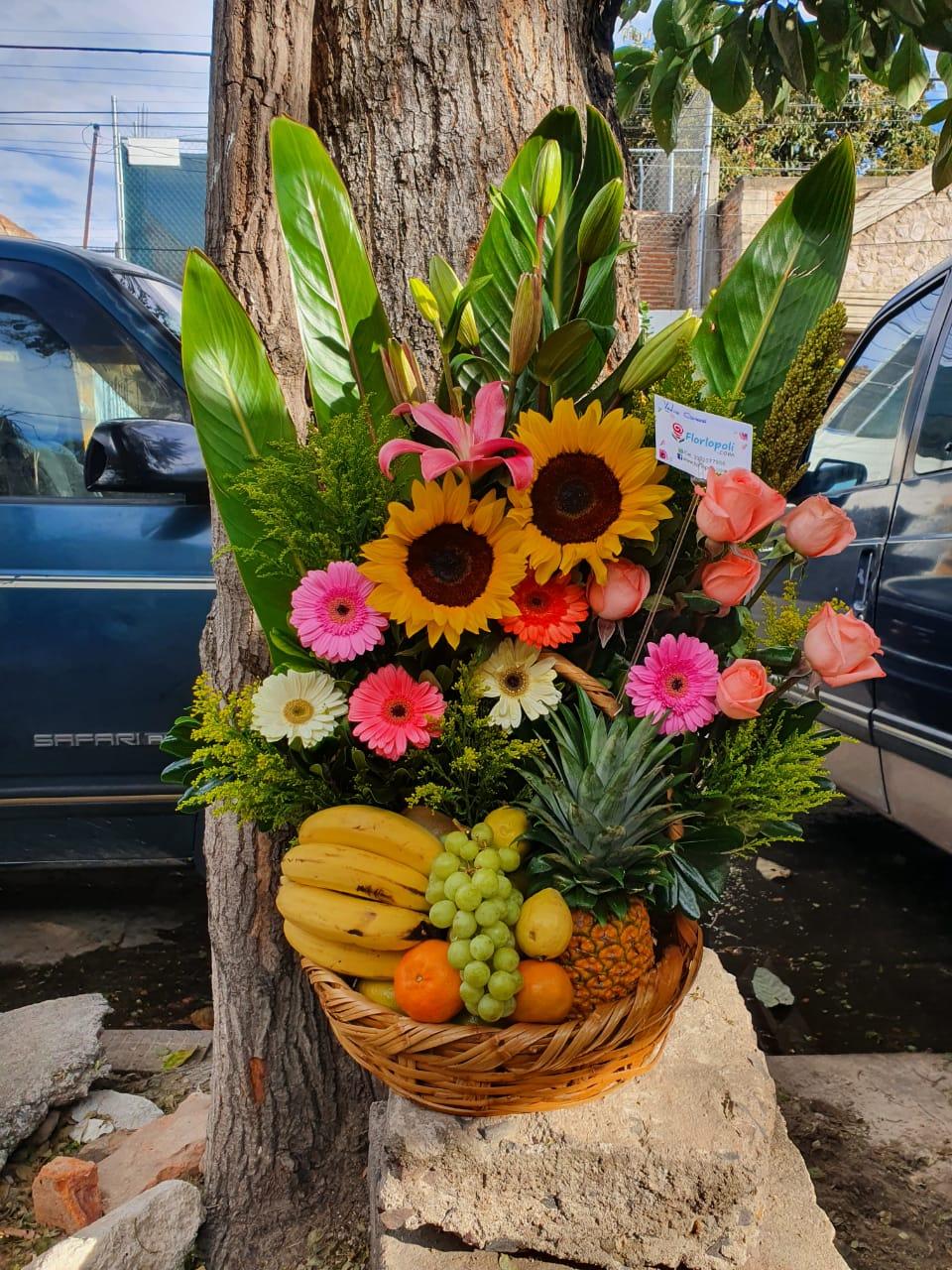 Diseño floral con frutas