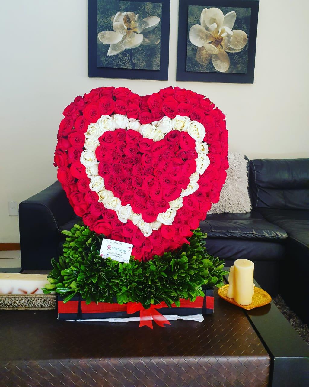 Escultura de Rosas en Forma de Corazón