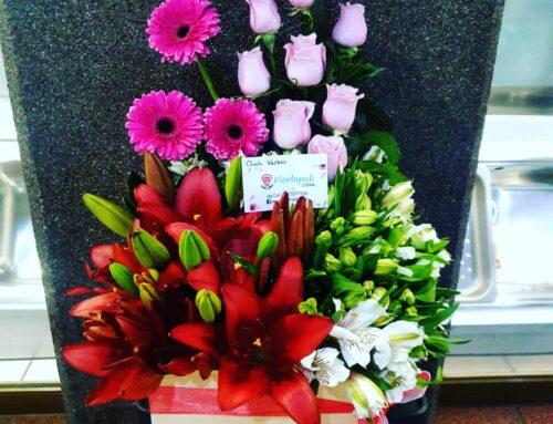 Bonito y tierno arreglo floral en caja de madera con lilis, gerberas, astromelias en tonos blancos y rosas