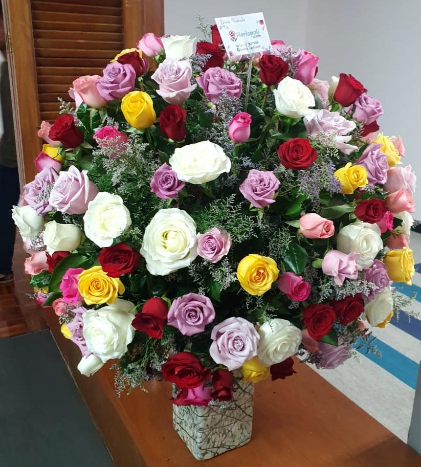 florero de rosas de colores