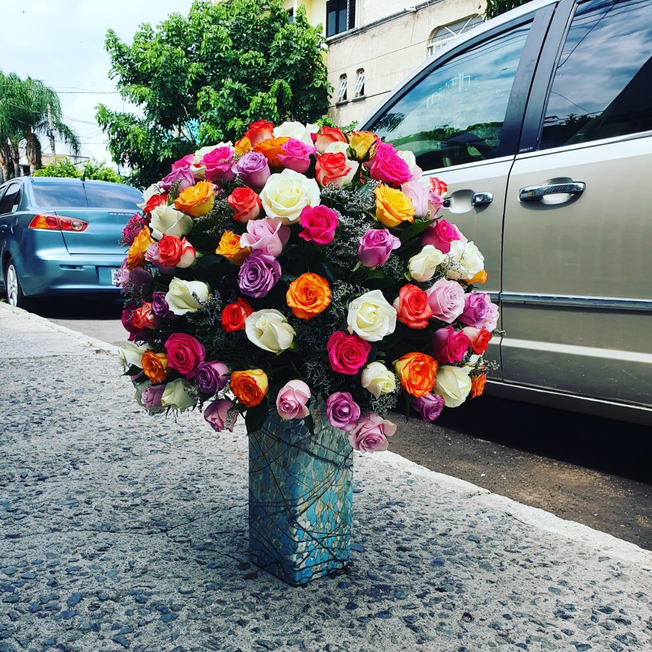 florero de rosas multicolor