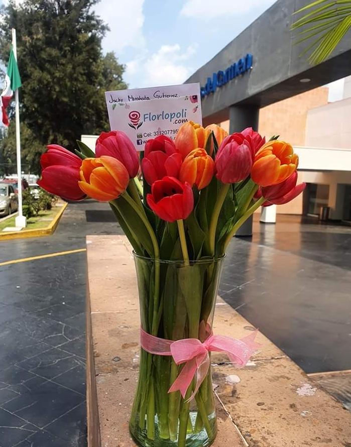 Ramo de tulipanes en florero