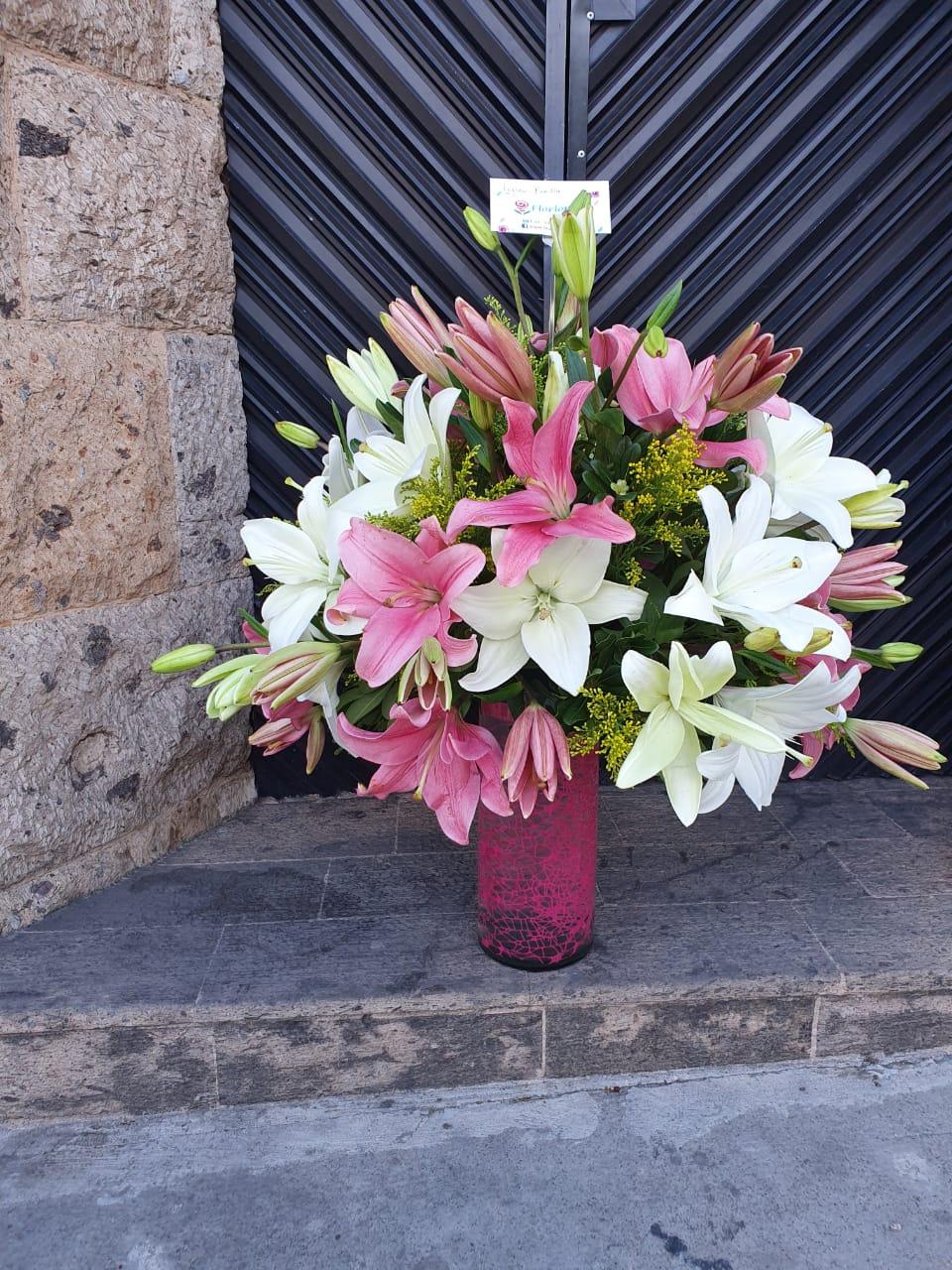 Florero de lilis en tono rosa y blanco
