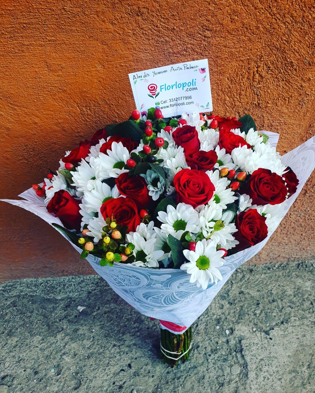 Ramo de rosas, margaritas y flor de cafe