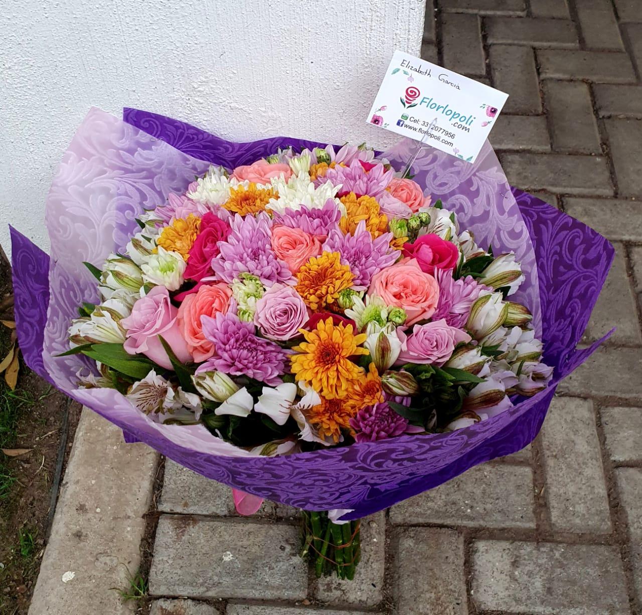Ramo de rosas rosas y flores variadas