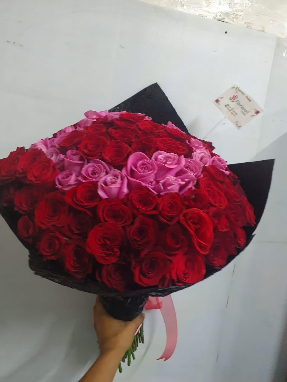 Ramo de rosas rojas y rosas rosas