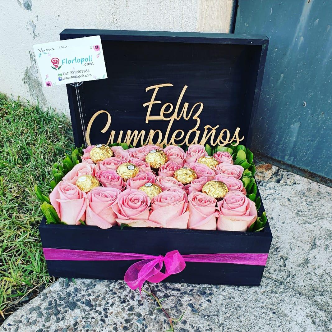 Caja de rosas rosas y chocolates