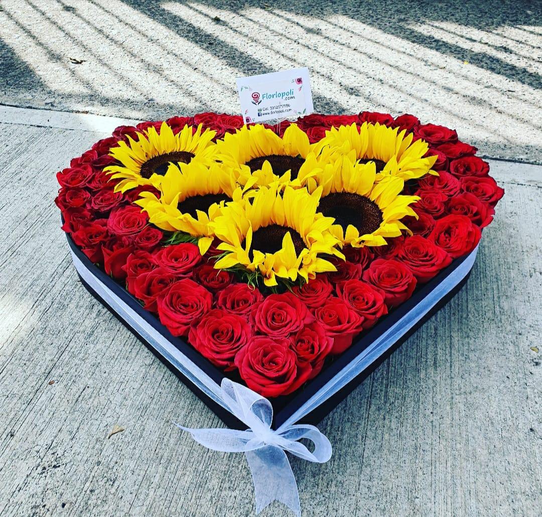 Corazon de girasoles y rosas rojas
