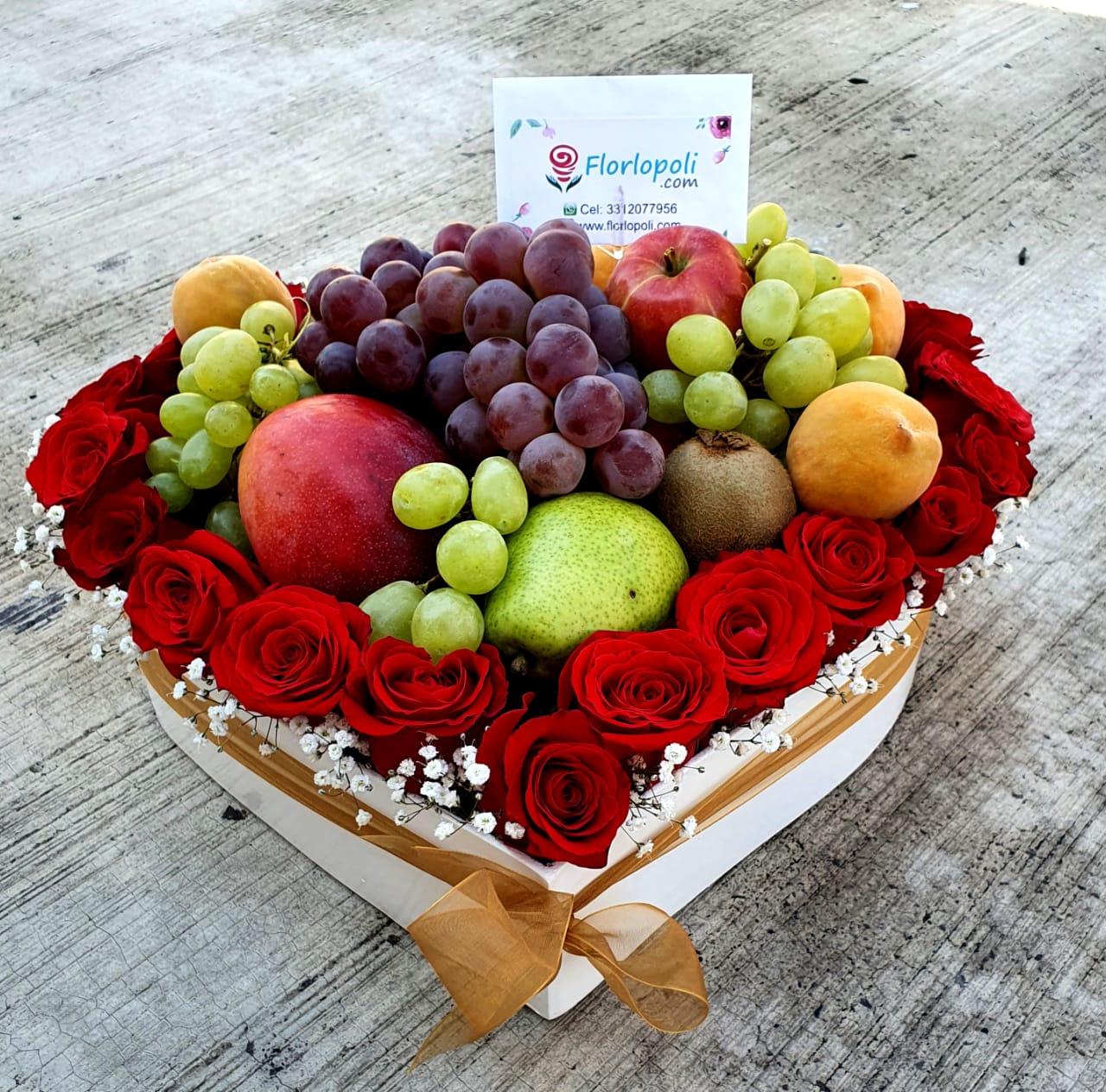 Corazon de rosas y frutas