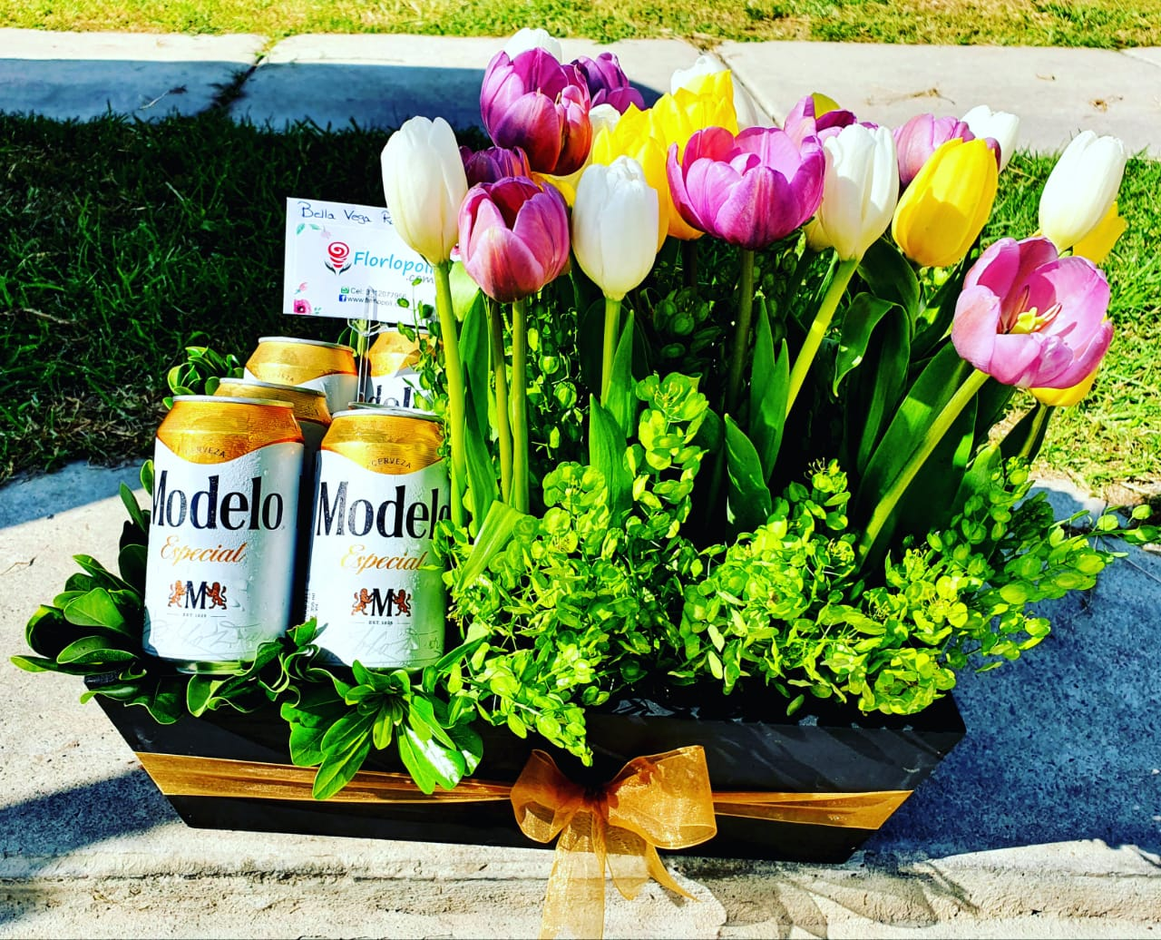 Diseño floral de tulipanes y cerveza