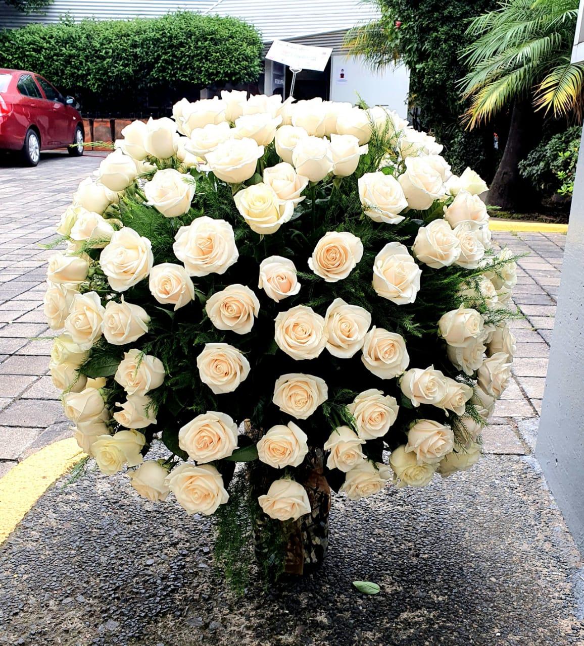 Florero de cristal soplado con rosas blancas