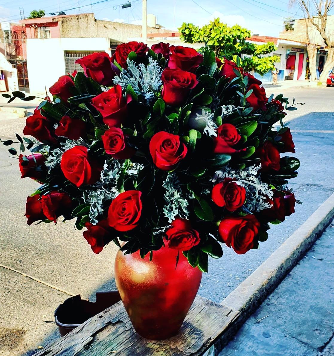 Elegante florero de rosas