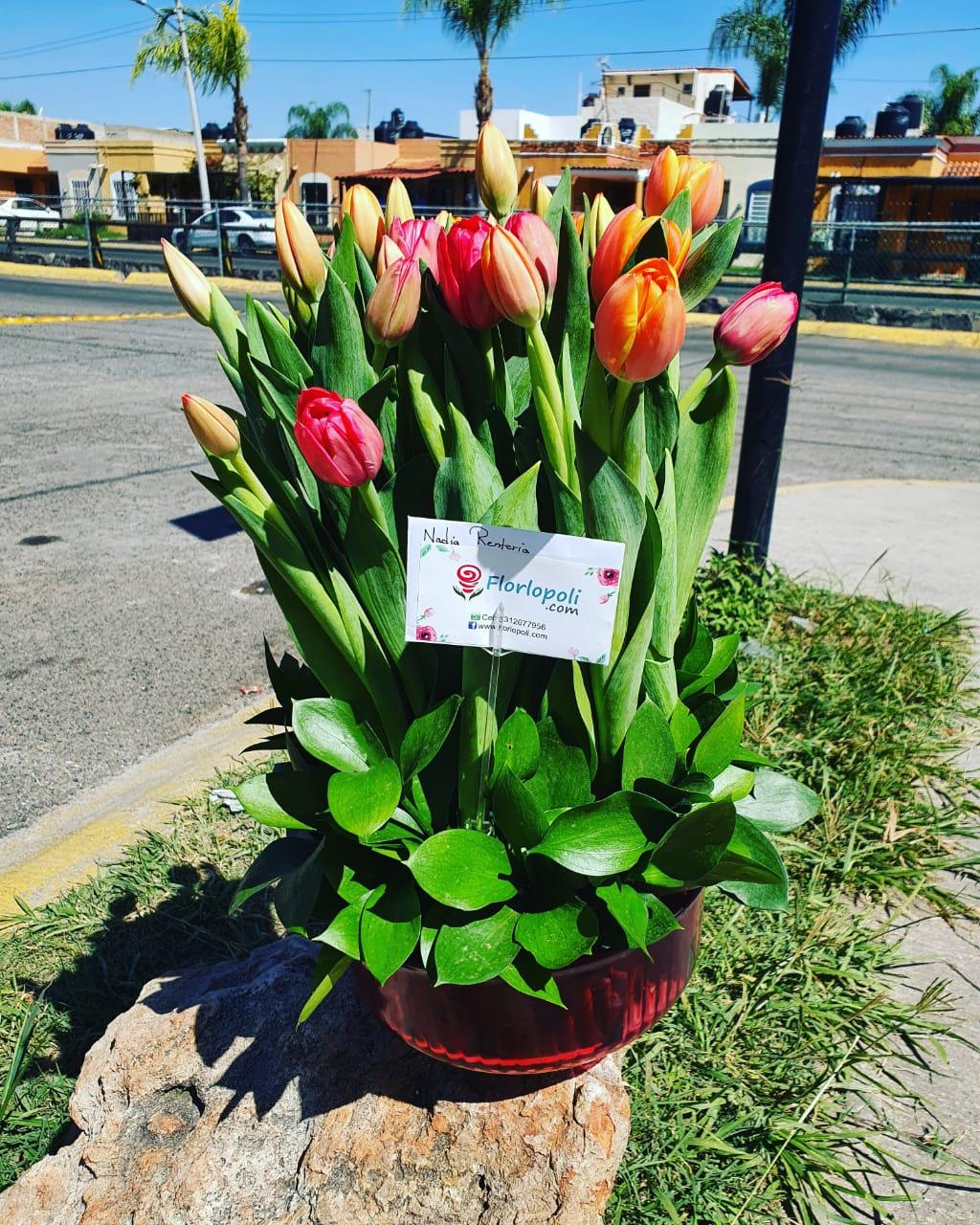 Diseño de tulipanes en florero