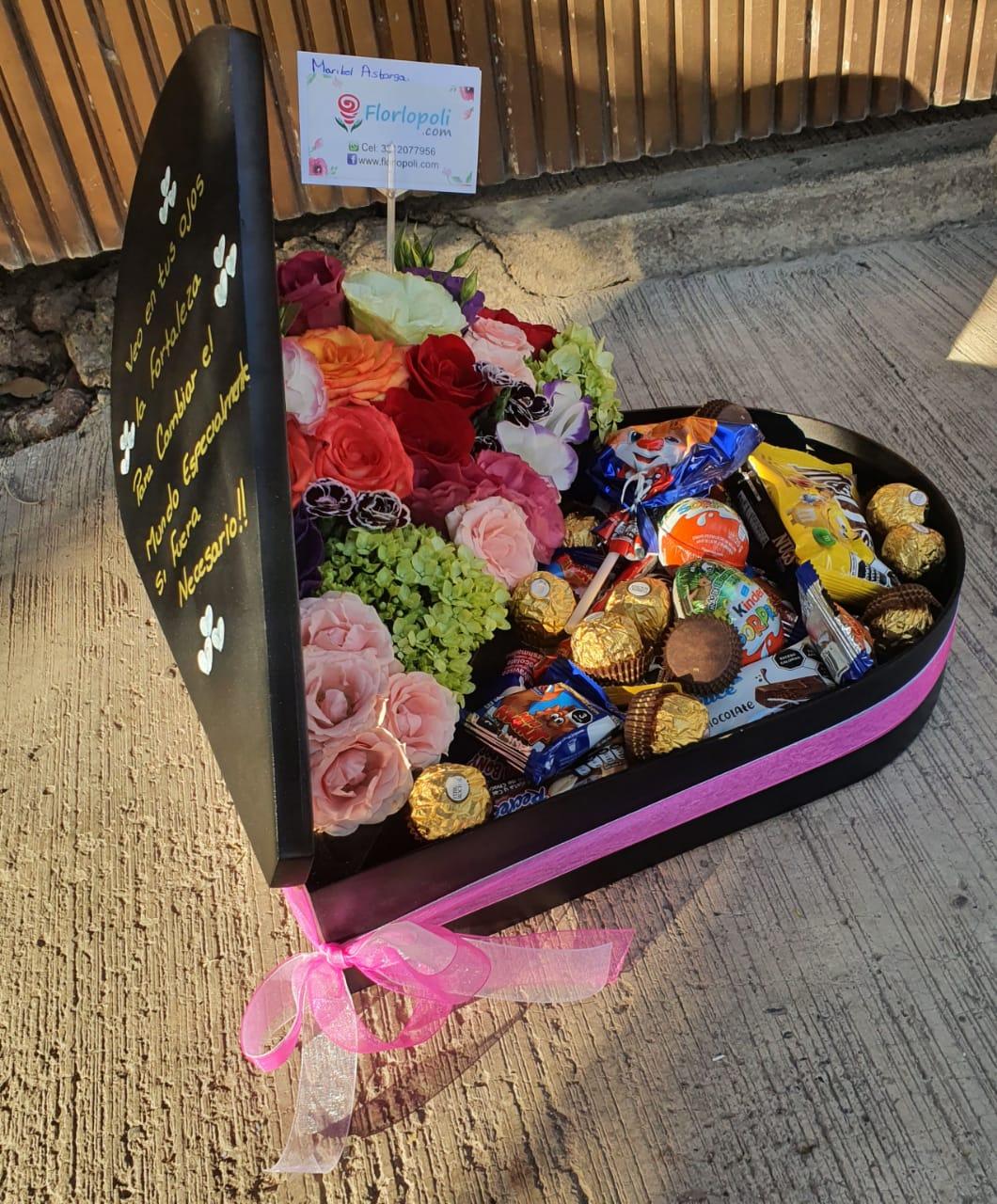 corazon de rosas y flores finas con chocolates
