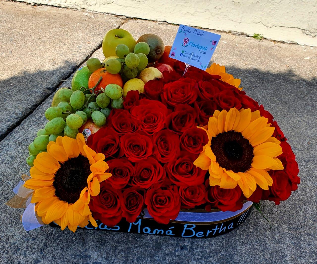 Arreglo de frutas con rosas, girasoles y en forma de corazón