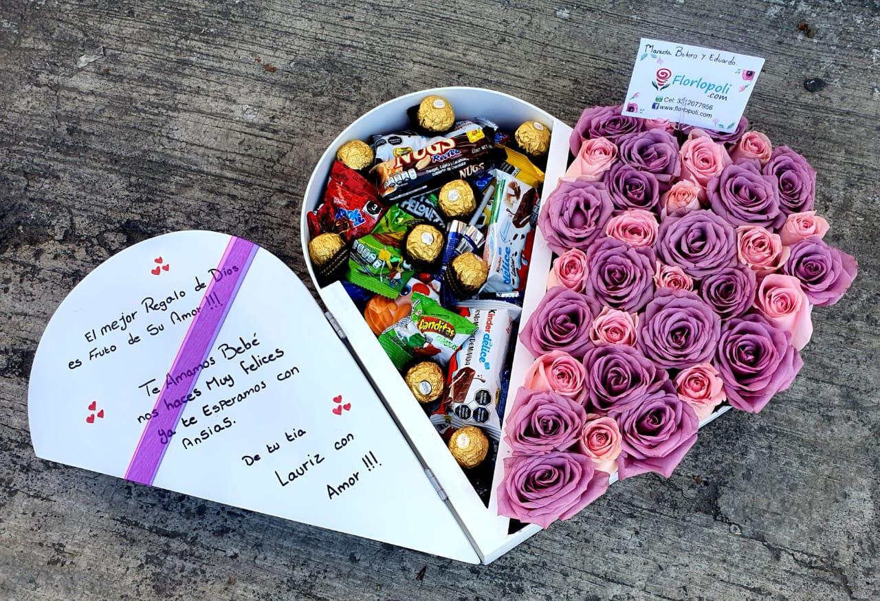 corazon de rosas lilas con chocolates