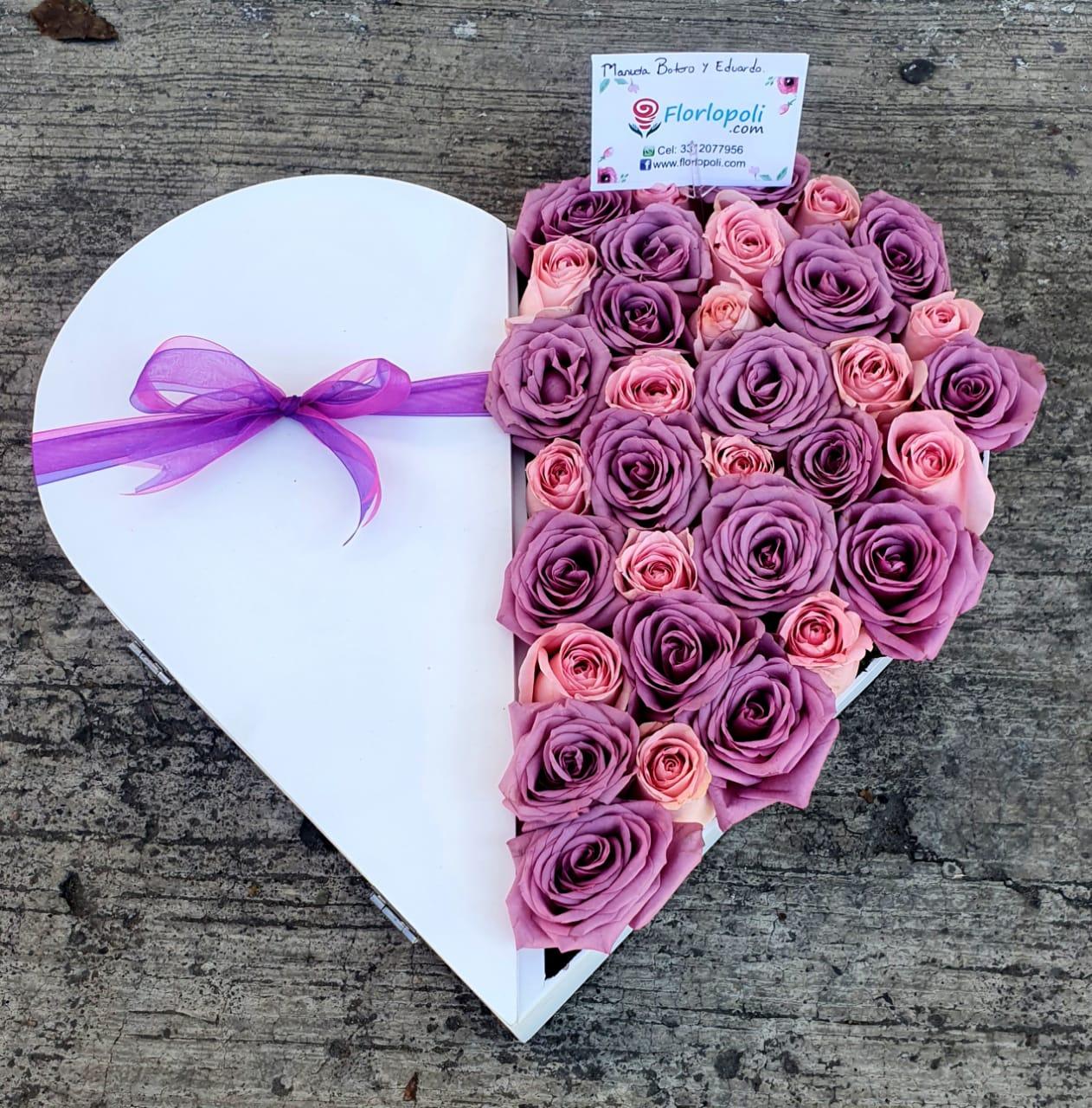 corazon de rosas rosas y lilas con chocolates