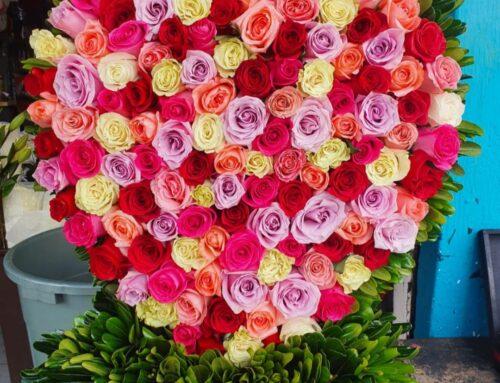 Escultura de rosas rosas en forma de corazon