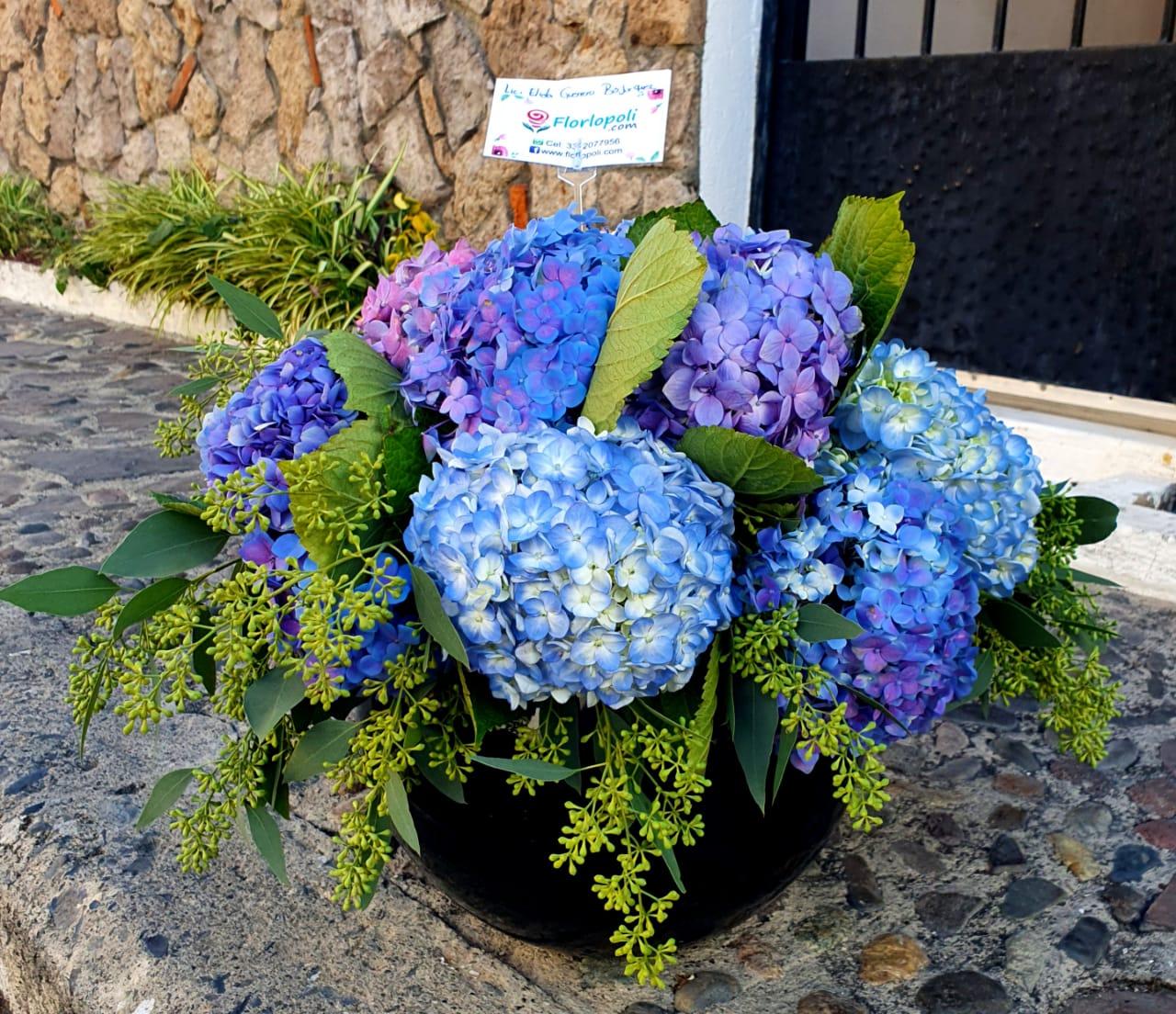 Arreglo Floral de Hortensias en Florero de Cristal