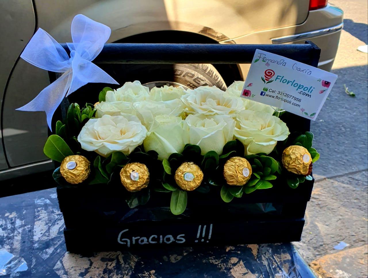 Caja de rosas blancas personalizada y chocolates