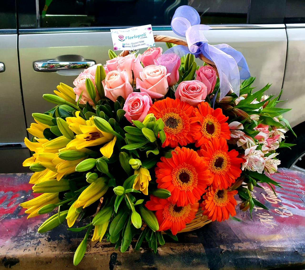 Hermoso diseño en canasta de lilis con rosas y garberas