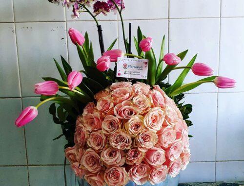 Fino y elegante diseño de tulipanes  rosas y orquidea