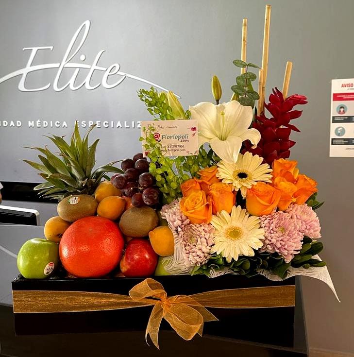 Caja de Frutas con Arreglo Floral