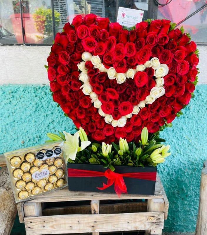 Escultura de Rosas Rojas en Forma de Corazon