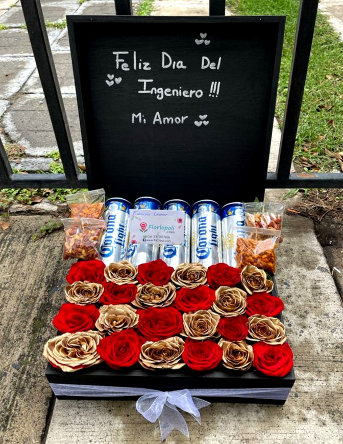 caja de rosas rojas y doradas con cervezas y botana