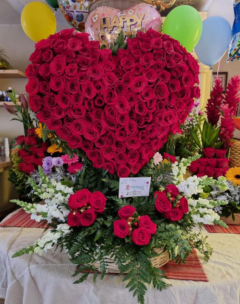 Escultura de rosas en forma de corazon 3D