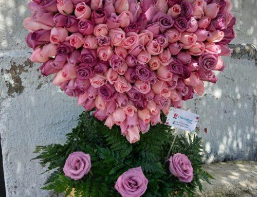 Escultura de rosas rosas claros en forma de corazon