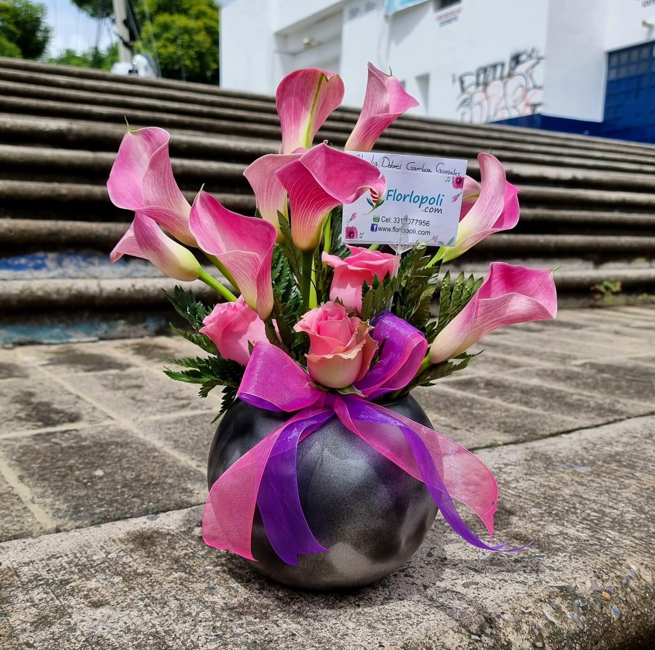 Arreglo floral de mini alcatraces rosas