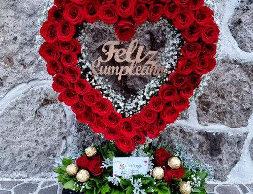 Arreglo en forma de corazón con rosas rojas