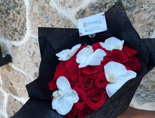 Ramo de rosas rojas y orquideas
