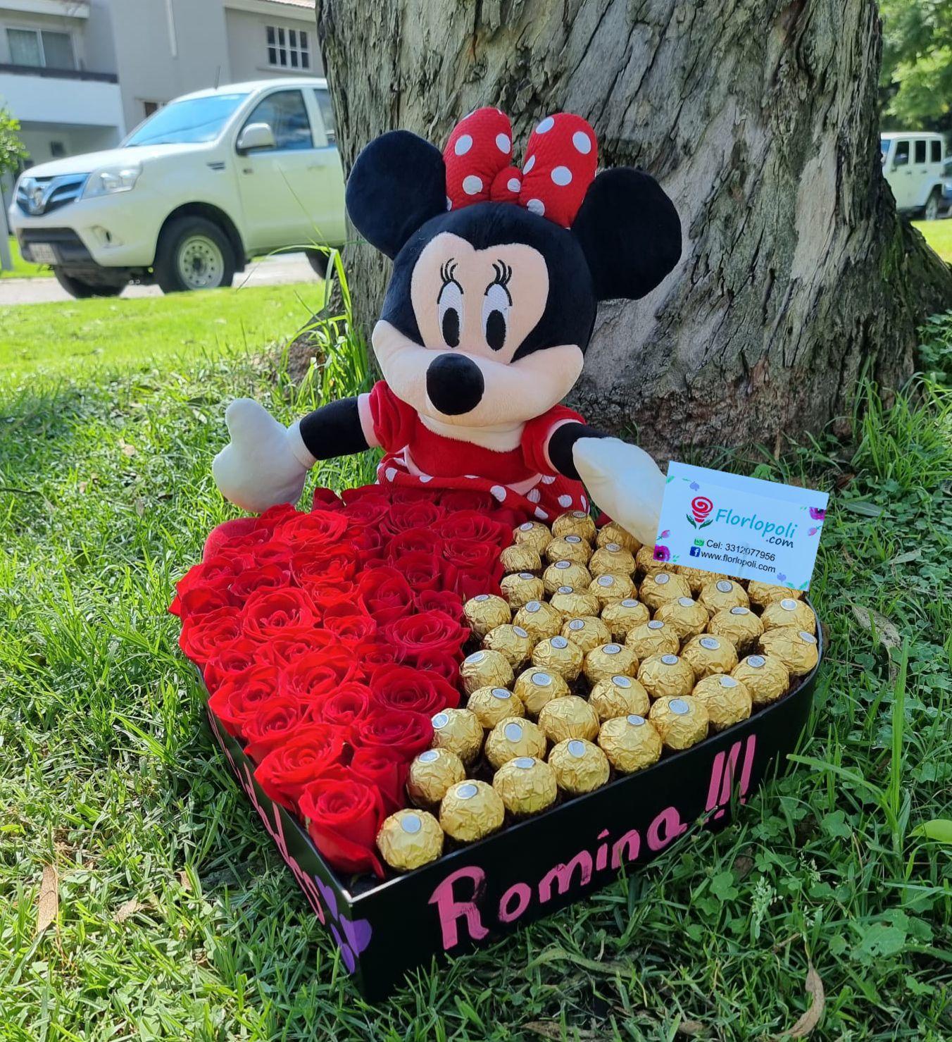 Corazon de rosas rojas y chocolates con peluche