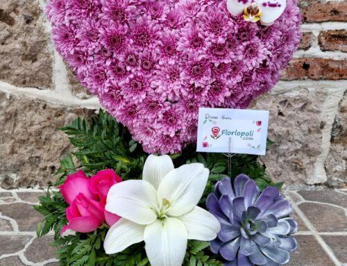 Escultura de corazon de Flores Rosas con Orquidea