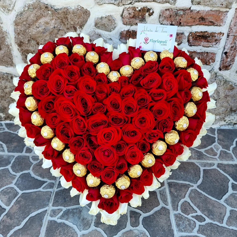 Corazon de Rosas Rojas y Rosas Blancas con Chocolates